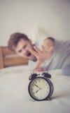 atteinte américaine de nationalité somnolente d'homme pour le sommeil de réveil Photo libre de droits