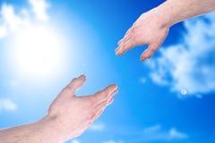Atteinte des mains et du ciel bleu Images libres de droits