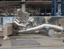 Attendant sur le train, une sculpture de déplacement en acier inoxydable d'homme, Dallas, le Texas Images stock