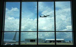 Attendendo nel terminale di aeroporto Immagini Stock Libere da Diritti