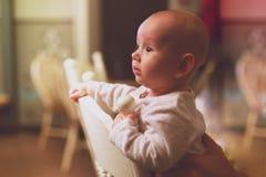 Attendendo per la mamma di piccole sbirciate del bambino da 5 mesi dalla parte posteriore di immagini stock libere da diritti