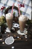 Attendez le cacao potable de Noël avec la crème fouettée Photographie stock libre de droits