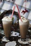 Attendez le cacao potable de Noël avec la crème fouettée Images libres de droits