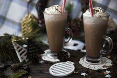 Attendez le cacao potable de Noël avec la crème fouettée Photos libres de droits