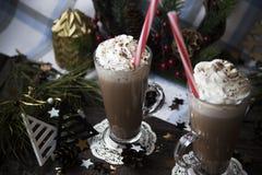 Attendez le cacao potable de Noël avec la crème fouettée Images stock