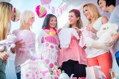Attendre la mère avec des présents sur la partie de fête de naissance Photographie stock