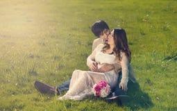 Attendre la maman et le papa se situant dans le domaine herbeux le jour lumineux Images libres de droits
