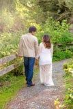 Attendre la maman et le papa sur une promenade par les bois Images libres de droits