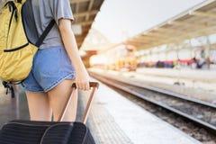 Attente asiatique de voyageur de sac à dos de jeune fille Image stock