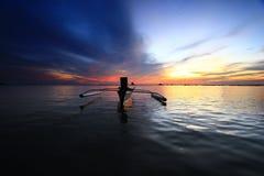 Attente bleue de coucher du soleil la pêche Image stock