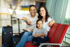 Attente d'aéroport de famille Images stock