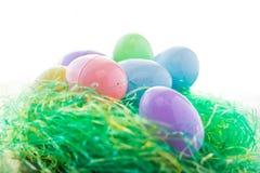 Attente d'oeufs de pâques dans le nid pour Pâques photographie stock