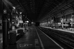 Attente d'un train de début de la matinée Photo stock