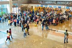 Attente dans l'immigration d'aéroport de file d'attente Photographie stock libre de droits