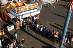 Attente dans la ligne un corndog Image stock