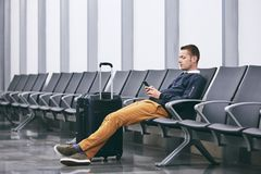 Attente dans le terminal d'aéroport photos libres de droits