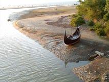 attente de bateau de vue de rivière seule moi Photos stock