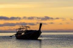 Attente de bateaux le départ de touristes photo libre de droits