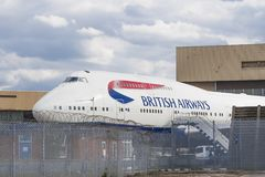 Attente de Boeing 747 dans le hangar Image stock