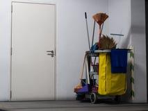 Attente de chariot d'outils de nettoyage le nettoyage Seau et ensemble d'équipement de nettoyage dans le bureau Image stock
