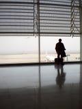 Attente de l'avion à l'aéroport Image stock