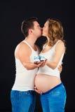 Attente de la chéri Petites chaussures de bébé dans les mains du papa sur le ventre de ma mère Images libres de droits