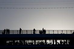 Attente de leur bateau de croisière pour partir Photos libres de droits
