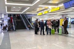 Attente de passagers à l'aéroport Nikola Tesla de Belgrade Photographie stock libre de droits