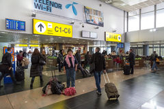 Attente de passagers à l'aéroport Nikola Tesla de Belgrade Photos libres de droits