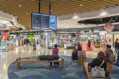 Attente de passagers d'aéroport d'Auckland dans le secteur hors taxe Photos libres de droits