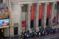 Attente de personnes dans la ligne en dehors de l'exposition de Jimmy Kimmel Live photographie stock
