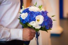 Attente de sa jeune mariée Plan rapproché des mains de marié Photo stock