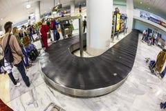 Attente de touristes leurs bagages Photos stock