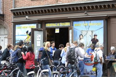 Attente de touristes pour louer les vélos NYC photos stock