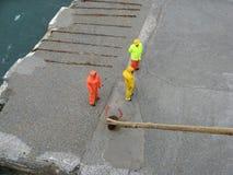 Attente de travailleurs de dock Images libres de droits