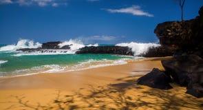 Attente des vagues, plage de lumahai Photographie stock libre de droits