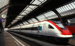 Attente du train Image libre de droits
