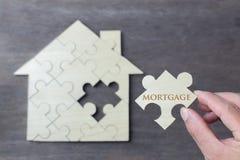 Attente en bois de puzzle pour accomplir la forme à la maison pour la maison de rêve de construction, la vie heureuse, images libres de droits