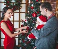 Attente heureuse de famille Noël Photographie stock
