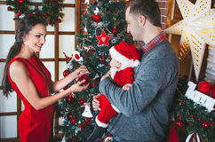 Attente heureuse de famille Noël Photos stock