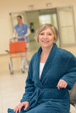 Attente patiente supérieure dans l'hôpital image stock