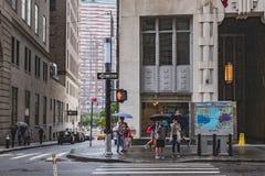 Attente piétonnière sur le trottoir pour traverser la rue à Manhattan inférieure photographie stock libre de droits