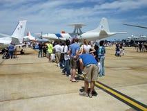 Attente pour voir l'avion Images libres de droits