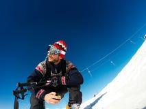 Attente se reposante de skieur pour commencer à skier photographie stock