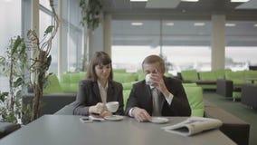 Attentes d'homme d'affaires et de femme d'affaires embarquant sur l'avion dans le mode de vie d'aéroport banque de vidéos