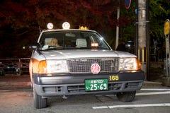 Attentes de taxi des clients sur les rues, Japon image libre de droits