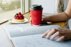 Attentes femelles dans le café photos libres de droits