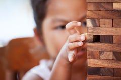 Attention asiatique mignonne de salaire de fille de petit enfant pour jouer les blocs en bois photographie stock libre de droits