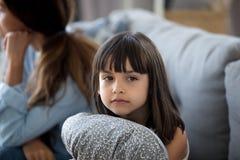 Attention boulevers?e de maman de manque d'oreiller d'?treinte de petite fille photo libre de droits
