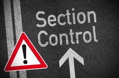 Attention de panneau routier avec l'asphalte illustration libre de droits